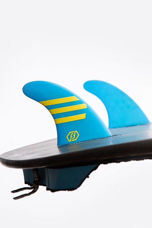 quillas-de-surf-feather-fins-hc-epoxy-ultraligth-dual tab-azul-amarillo-cerca