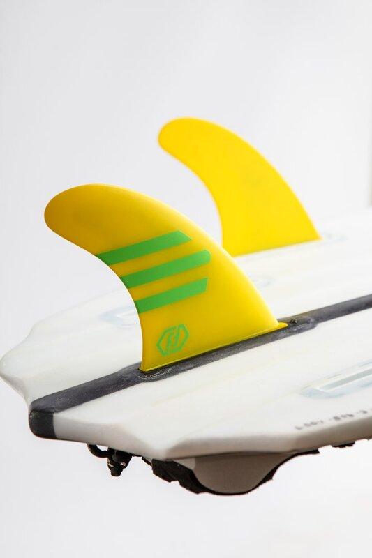 quillas-de-surf-feather-fins-hc-ultralight-amarillo-verde-future-cerca