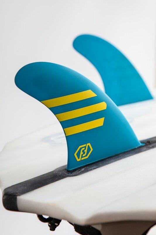 quillas-de-surf-feather-fins-hc-ultralight-azul-amarillo-future-cerca