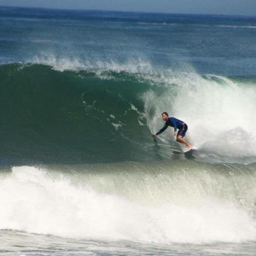 sobre-delocos-batis-surfeando